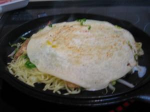ダッチオーブンで広島風お好み焼き